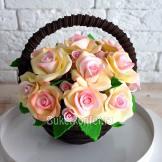 Шоколадные розы в корзинке