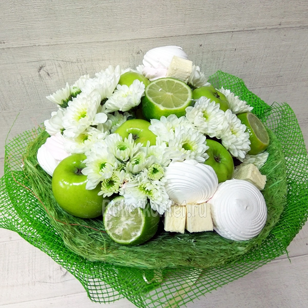 Букет из цветов конфет и фруктов